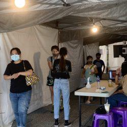 防疫升級民眾戴口罩進入檢疫區